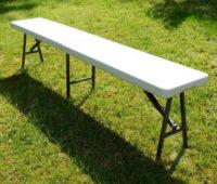 Bílá skládací lavice pro zahradní oslavu