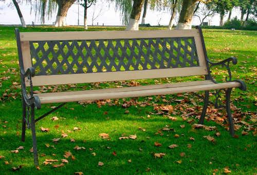 Dřevěná zahradní lavička s kováním