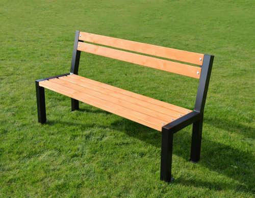 lavička ze dřeva a kovu