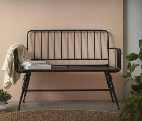 praktická lavice z kovu v zajímavém designu