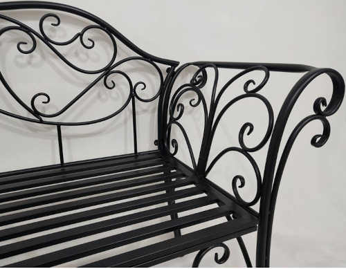 zahradní lavička z kovu